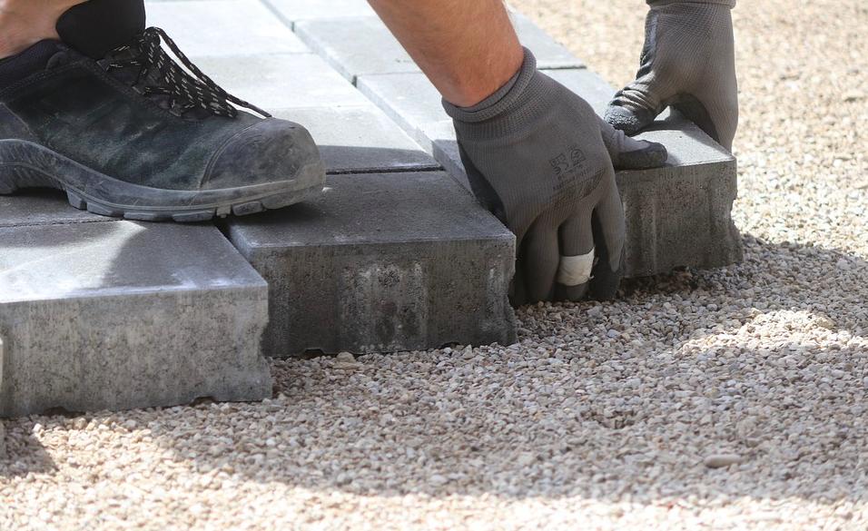 安全靴とプロスニーカーの違いは?作業現場によって作業靴を履き替えよう