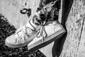 靴の中の暑さ対策!安全靴を蒸れずに快適に履くには白い靴がいい?