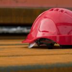 作業用ヘルメットの寿命は何年?替え時の目安は?材質によって耐久年数が違うから要注意